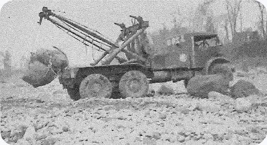 昭和30年代前半にトラッククレーンを購入し、河川復旧工事を行う。